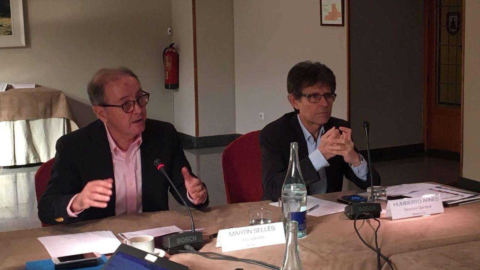 Foto: Martín Sellés (izq) y Humberto Arnés, presidente y director general de Farmaindustria.
