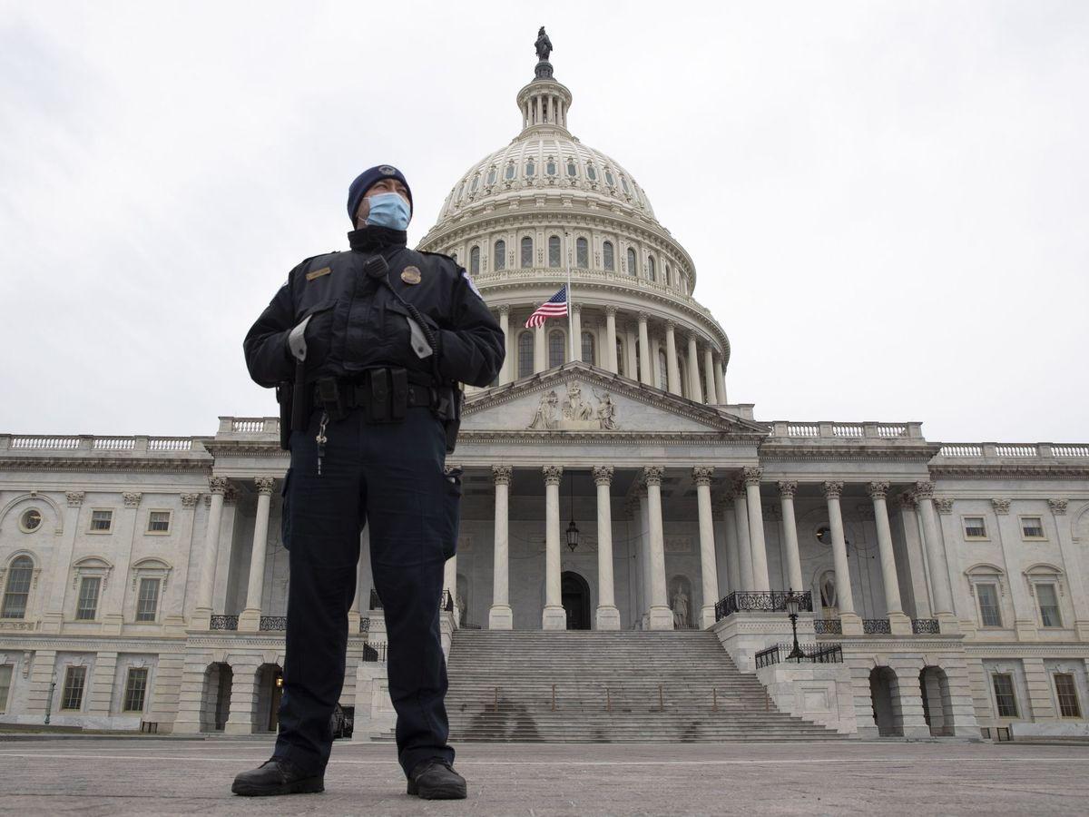 Foto: Un agente de policía guarda la entrada al Capitolio, en Washington D.C..