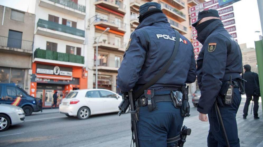 Foto: Imagen de archivo de dos agentes de la Policía Nacional. (EFE)