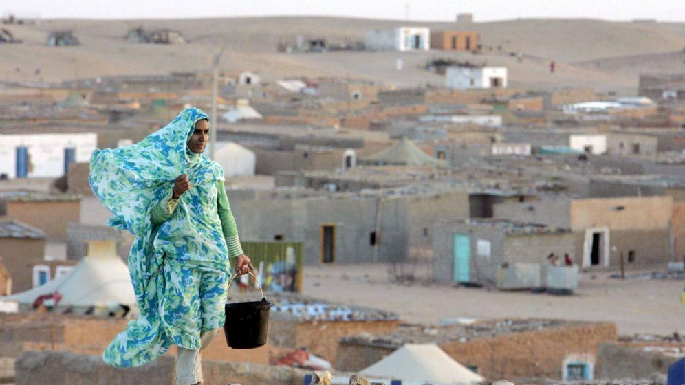 Foto: Una saharaui camina por un campamento de refugiados de Tinduf.