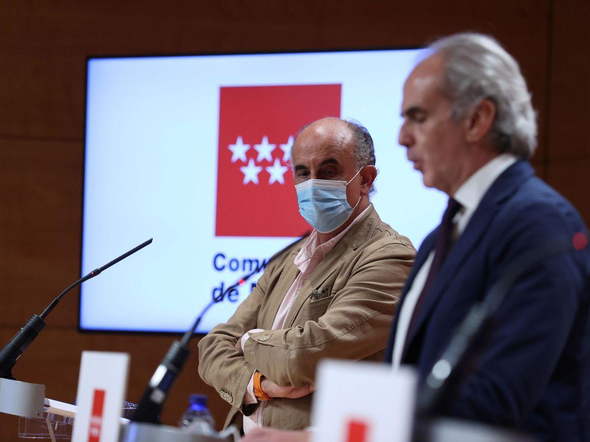Foto: El consejero de Sanidad de la Comunidad de Madrid, Enrique Ruiz Escudero, acompañado por Antonio Zapatero. (EFE)