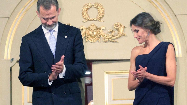 Los reyes Felipe y Letizia hace unos meses durante la inauguración de la temporada del Teatro Real. Ella con mono azul de Pedro del Hierro. (EFE)