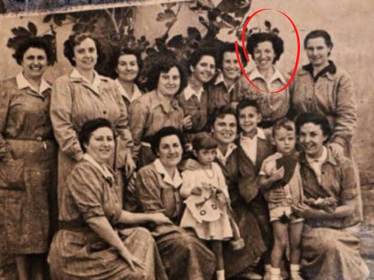 Foto: Manoli del Arco junto a otras compañeras en la cárcel de Segovia. 24 de septiembre de 1956, día de la Mercè en que podían entrar los niños