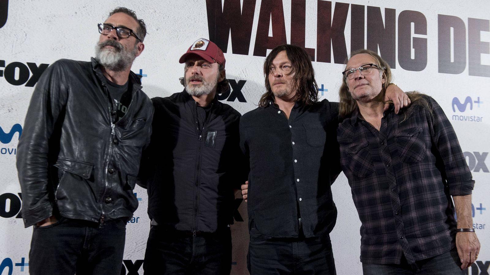 Foto: Los protagonistas de 'The Walking Dead' con Greg Nicotero en el evento celebrado en Madrid