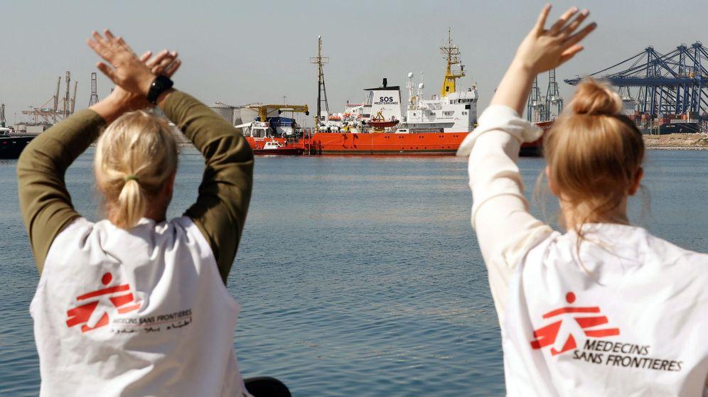 Foto: Dos miembros de Médicos sin fronteras dan la bienvenida al Aquarius en el puerto de Valencia. (EFE)