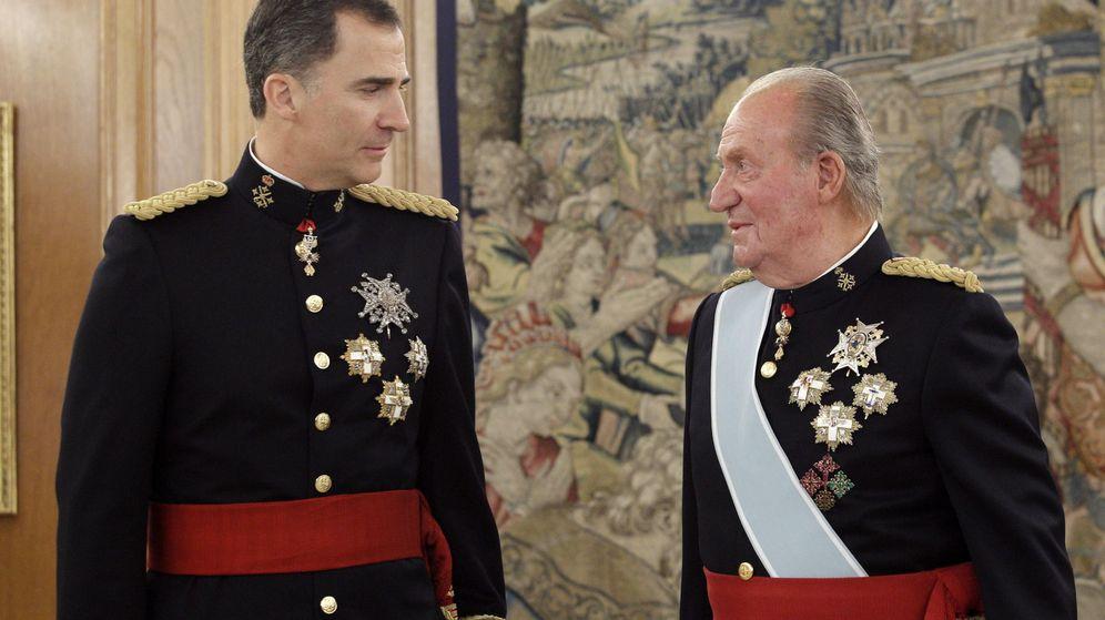 Foto: Felipe VI en el momento en que recibió el fajin de su padre. (EFE)