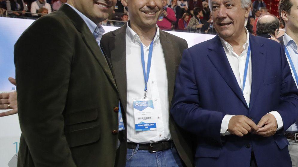 Foto: El coordinador general del PP, Fernando Martínez-Maillo, junto a Javier Arenas y Juanma Moreno. (EFE)