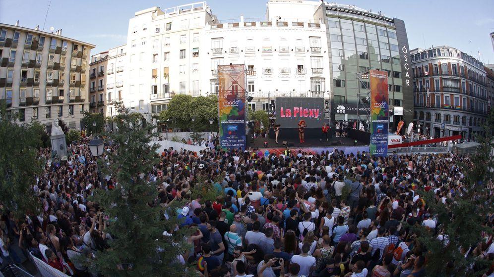 Foto: Cientos de personas, en la plaza de Pedro Zerolo, asisten a la lectura del manifiesto en las Fiestas del Orgullo LGTB. (EFE)
