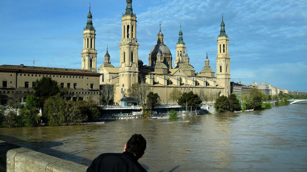 Foto: Un hombre observa la crecida del Ebro a su paso por Zaragoza. (Reuters)