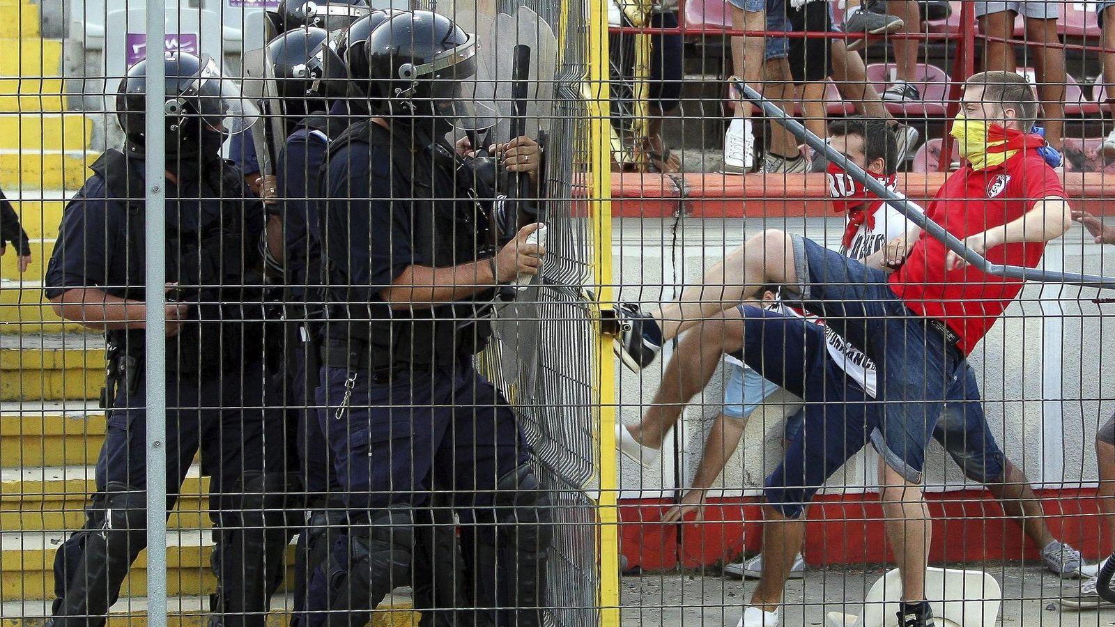 Foto: Unos hinchas protestan durante un partido. (Efe)
