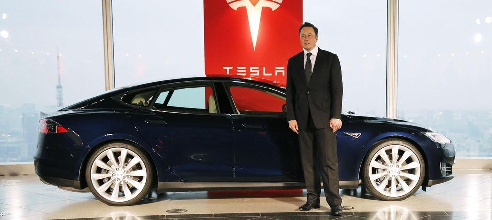 Foto: Elon Musk, CEO de Tesla, posa junto a un nuevo modelo de coche eléctrico fabricado por su compañía. (Reuters)