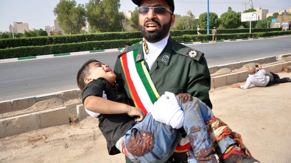 Foto: Un soldado iraní carga en brazos un niño herido durante el atentado perpetrado en pleno desfile militar en la ciudad de Ahvaz. (EFE)
