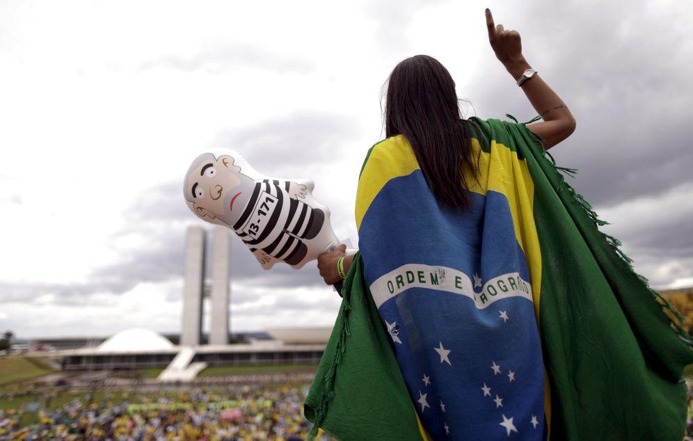 Foto: Una manifestante con un muñeco que representa a Lula da Silva durante una protesta a favor del 'impeachment' de Dilma Rousseff, en Brasilia (Reuters).