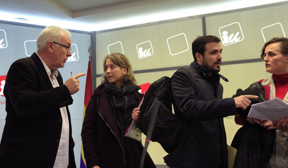 Foto: Alberto Garzón charla con la dirigente Clara Alonso mientras Cayo Lara conversa con la eurodiputada Marina Albiol, este 10 de abril en el consejo político de IU. (EFE)