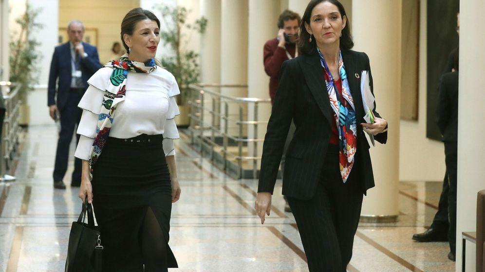 Foto: Las ministras de Trabajo, Yolanda Díaz (i) y de Industria, Reyes Maroto. (EFE)