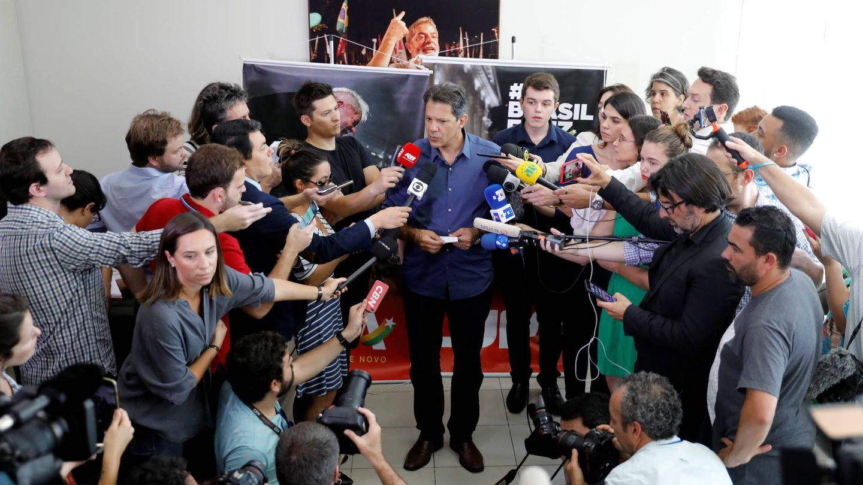El candidato del PT Fernando Haddad habla con periodistas durante una rueda de prensa en Sao Paulo. (Reuters)