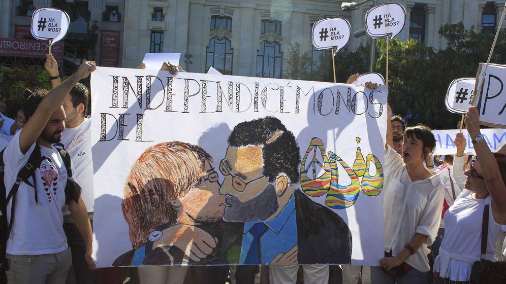 Foto: Concentración en favor del diálogo en la plaza de Cibeles de Madrid. (EFE)