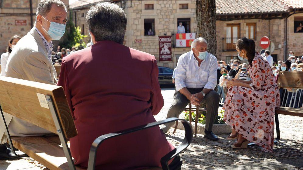 Foto: Los Reyes conversan con vecinos de Vinuesa (Soria) durante su viaje a Castilla y León. (EFE)