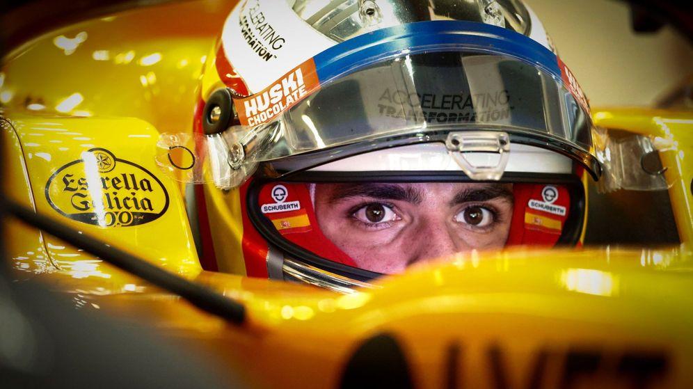 Foto: Carlos Sainz, en su box antes de una carrera. (EFE)