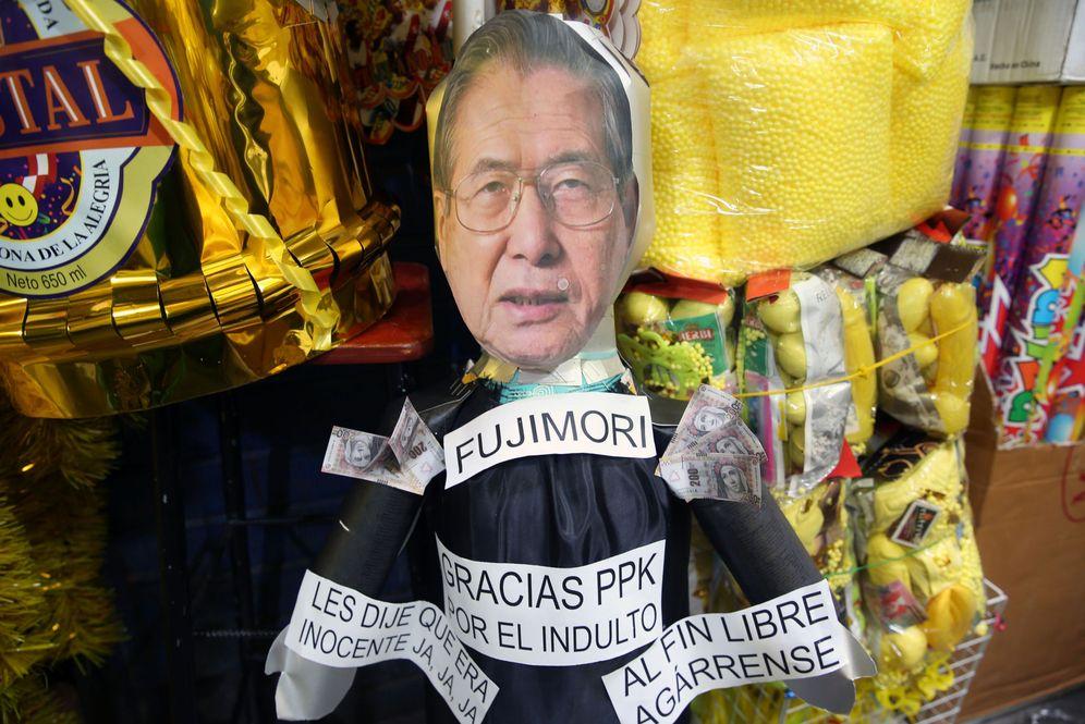 Foto: Vista de una piñata satírica del expresidente peruano Alberto Fujimori en una galería del mercado central de Lima. (EFE)