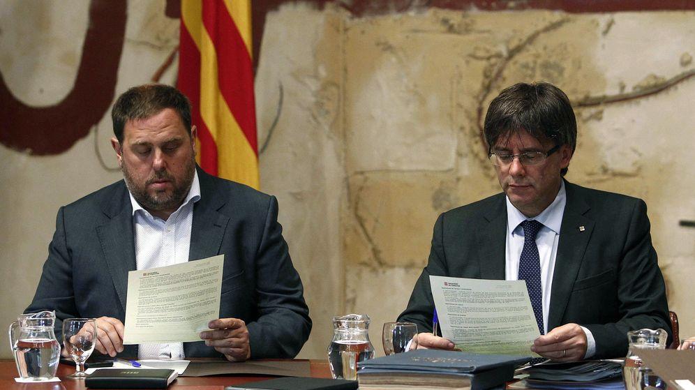 Foto: El presidente de la Generalitat de Cataluña, Carles Puigdemont (d), junto al vicepresidente y consejero de Economía y Hacienda, Oriol Junqueras. (EFE)
