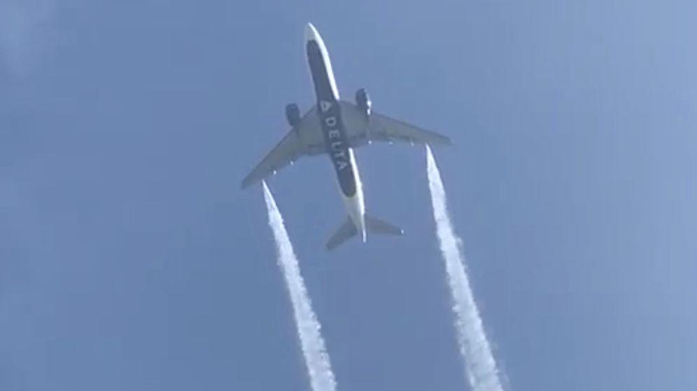 Foto: El Boeing 777 mientras soltaba combustible. Foto: REUTERS