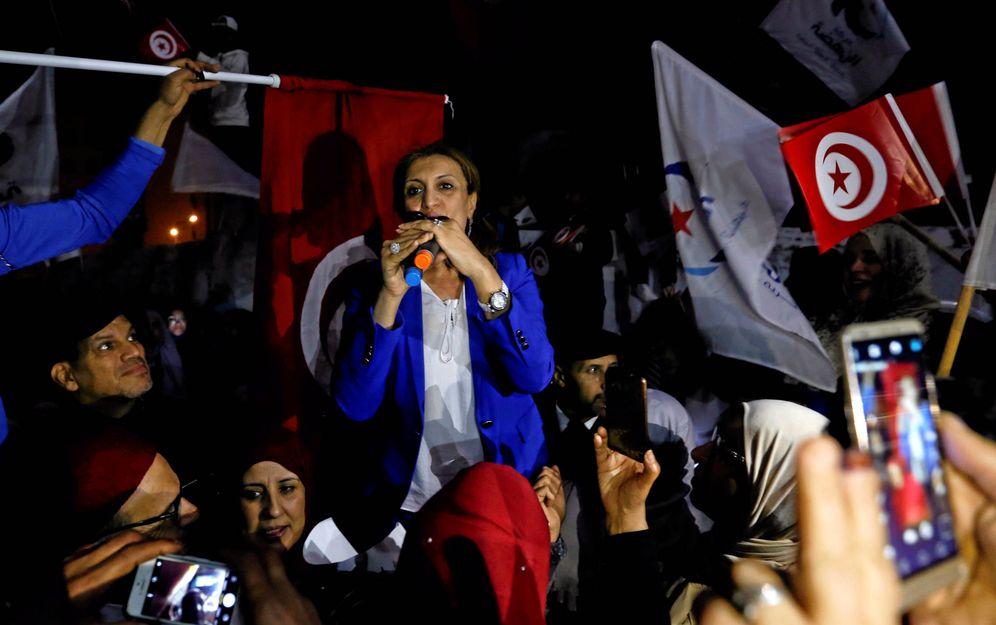 Foto: Souad Abderrahim durante un mitin electoral en la sede del partido Ennahda, en Túnez. (Reuters)