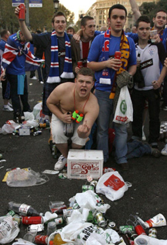 Foto: Prohibido beber y orinar en la calle...  si vives en Barcelona