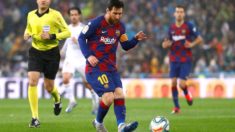Messi da un pase en los primeros minutos del Clásico entre el Real Madrid y el FC Barcelona. (Reuters)