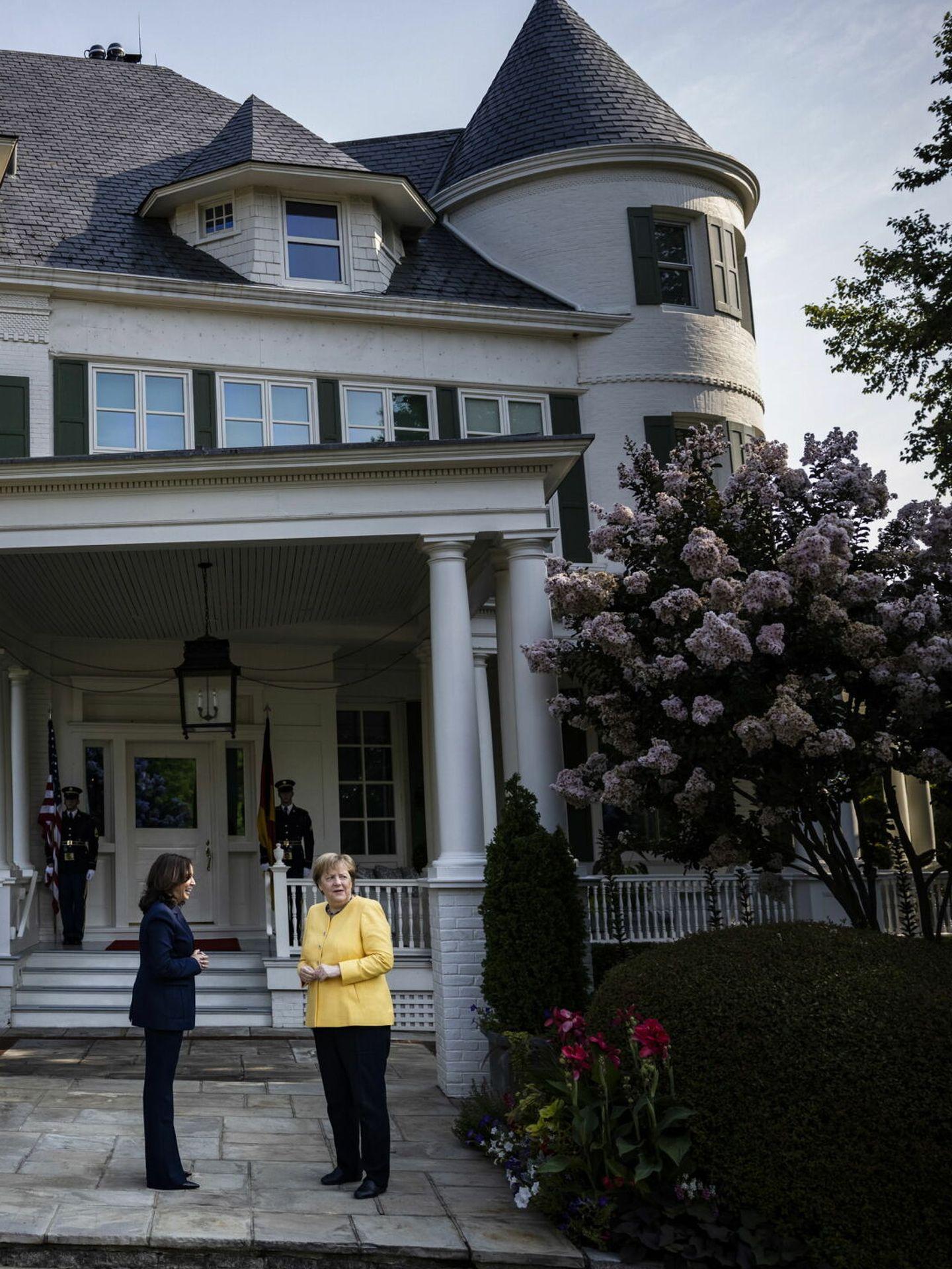 Kamala Harris recibe a Angela Merkel en su residencia oficial. (EFE)
