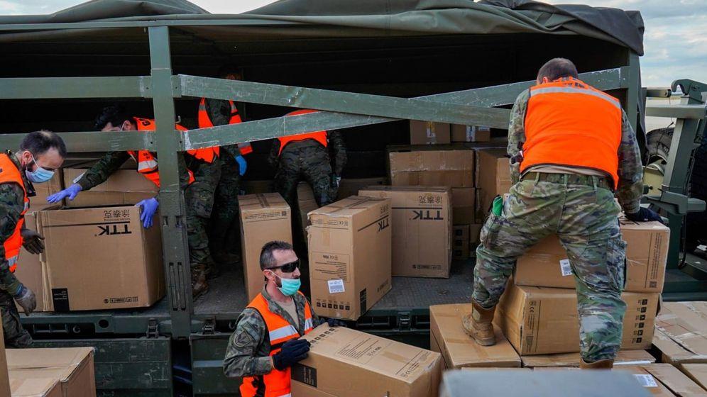 Foto: Diez mil equipos de protección individual (EPI) llegan a Madrid en respuesta a la petición del Gobierno de España a la OTAN. (EFE)