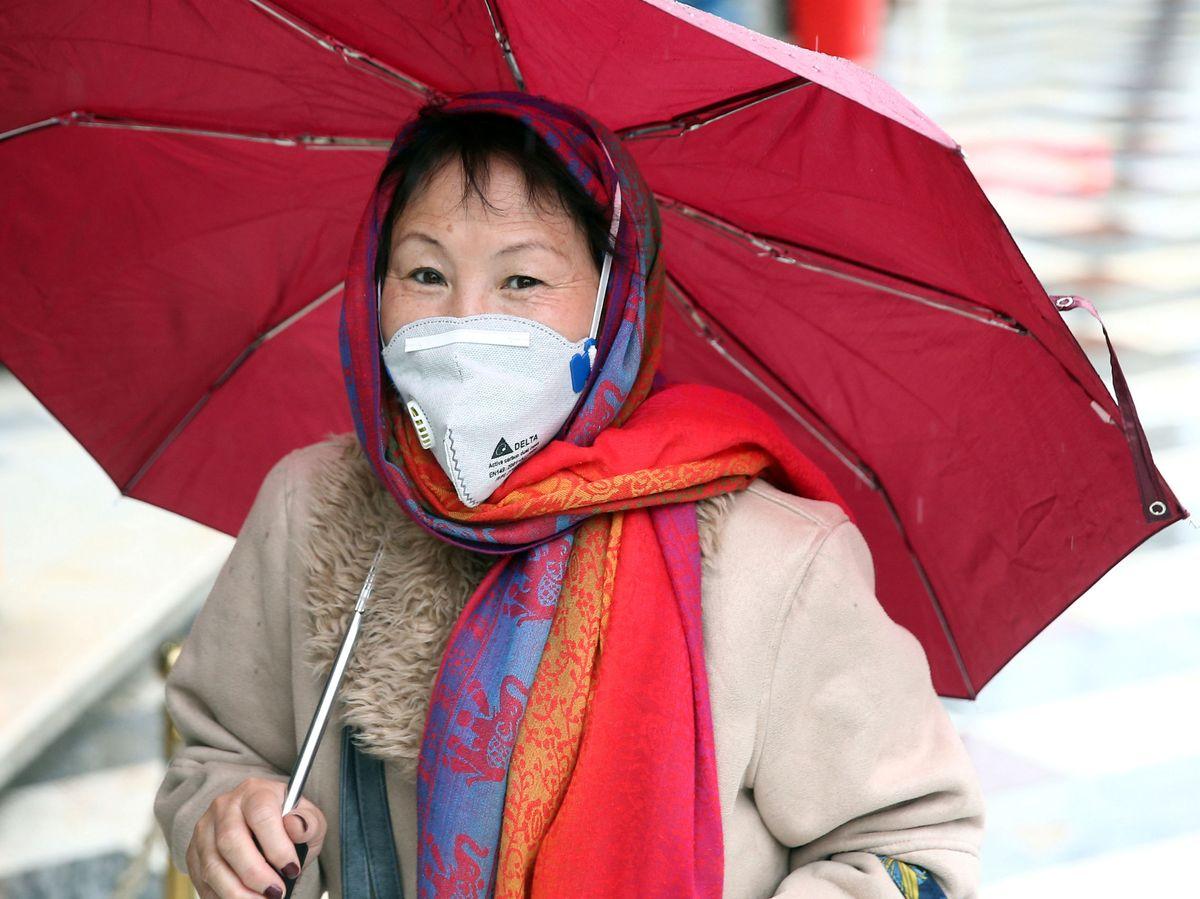 Foto: Una mujer china se protege del coronavirus. (Reuters)