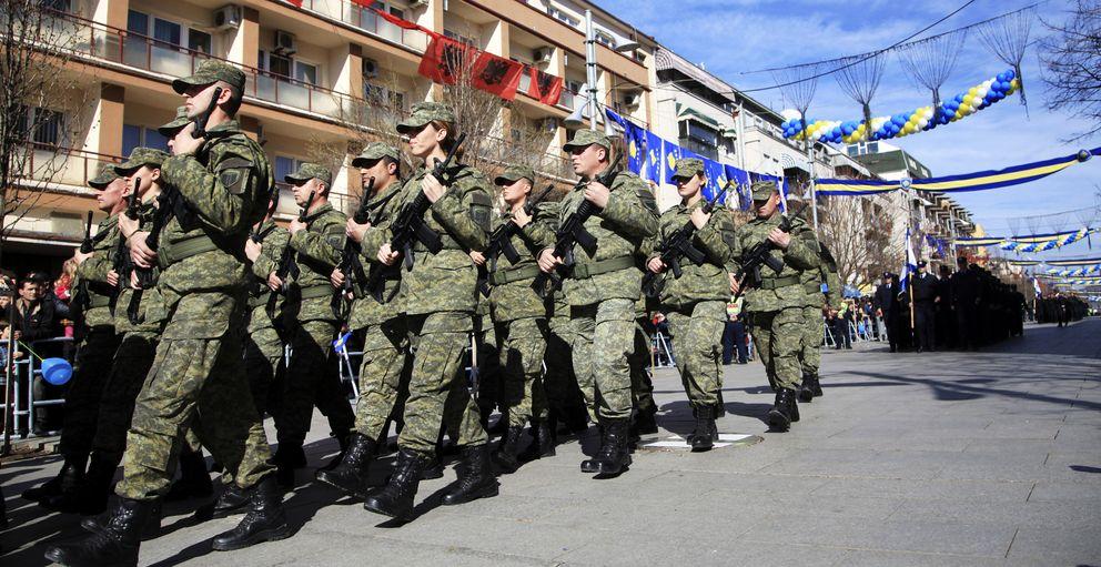 Militares de Kosovo marchan en el sexto aniversario de su independencia. (Reuters)