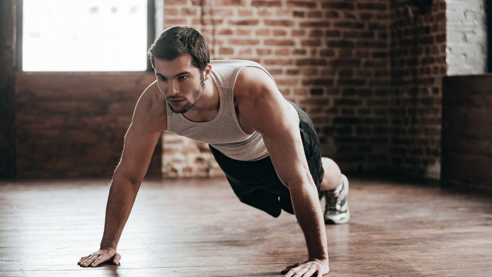 Persona haciendo ejercicio para rebjar