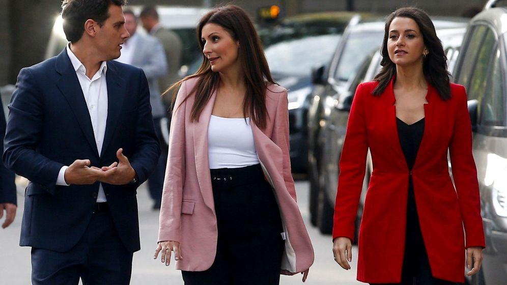 Foto: Albert Rivera, Lorena Roldán e Inés Arrimadas, el lunes en Barcelona. (Quique García/EFE)