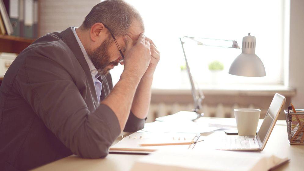 Foto: Un hombre abrumado en su oficina. (iStock)