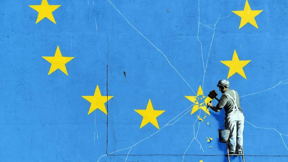 Foto: Mural del artista británico Banksy en Dover que muestra un operario que retira una de las estrellas de la bandera de la Unión Europea. (EFE)