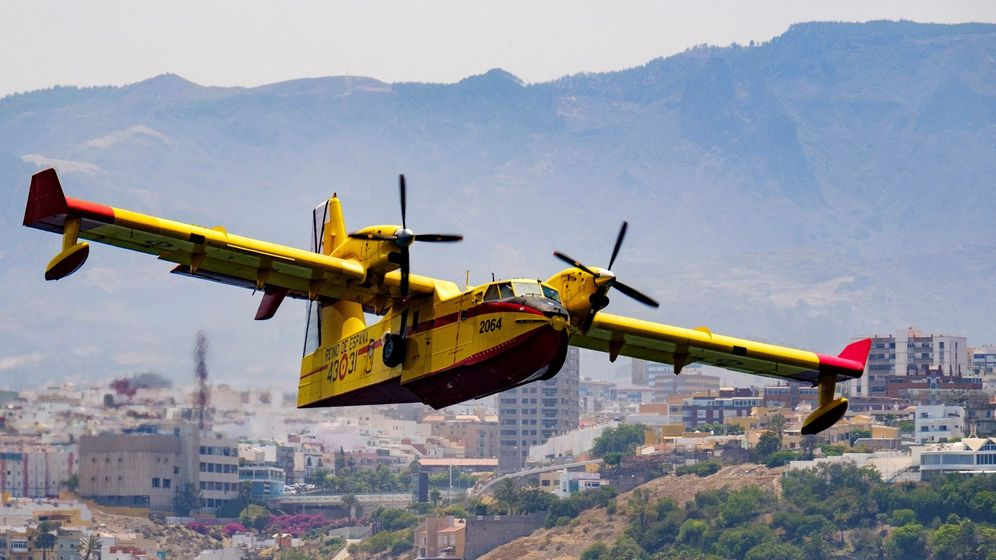 Foto: Uno de los hidroaviones que trabajan en las labores de extinción del incendio de Gran Canaria. (EFE)