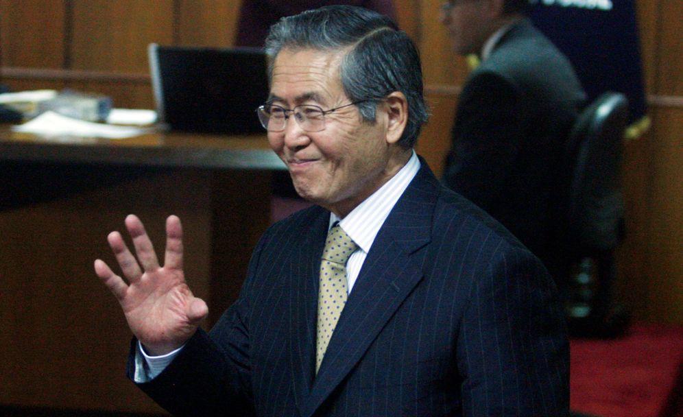Foto: Fotografía de archivo del 8 de julio de 2015, del exmandatario Alberto Fujimori (1990-2000) quien saluda durante una audiencia en Lima, Perú. (Reuters)