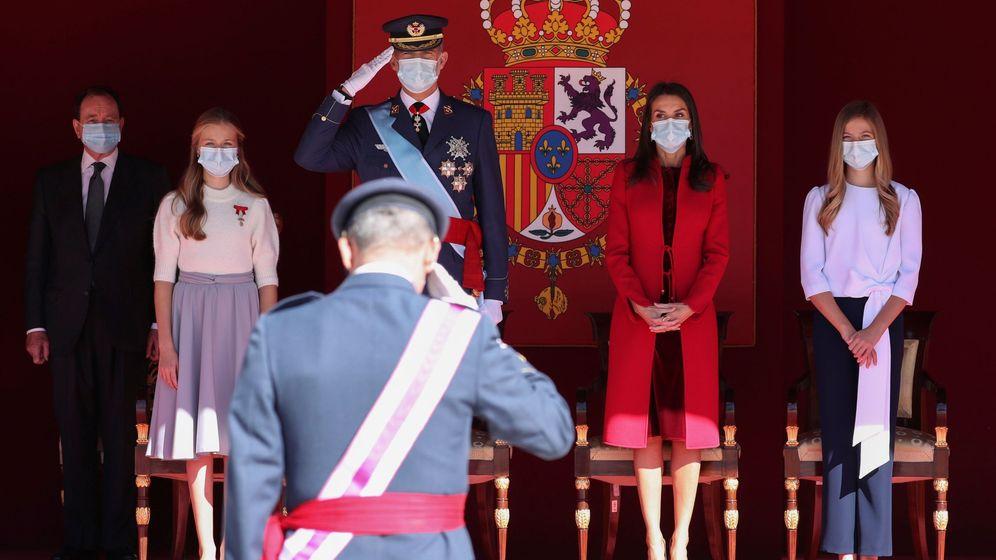 Foto: El rey Felipe junto a la reina Letizia, la princesa Leonor (i) y la infanta Sofía (d) durante el acto. (EFE)
