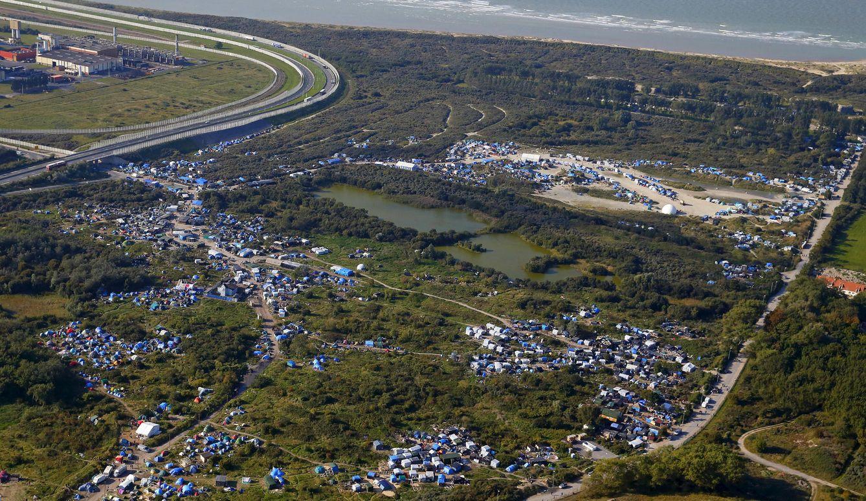 Foto: Una imagen aérea muestra el campamento de refugiados e inmigrantes bautizado como 'La Jungla', en Calais, el 21 de julio de 2015 (Reuters).