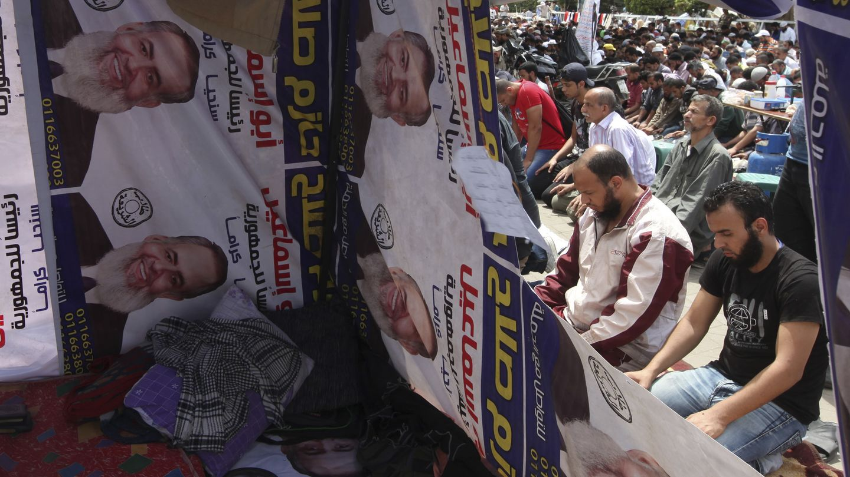 Seguidores del excandidato salafista Hazem Salah rezan en El Cairo (Reuters).