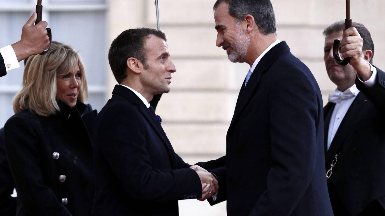 Emmanuel Macron estrecha la mano del rey. (EFE)