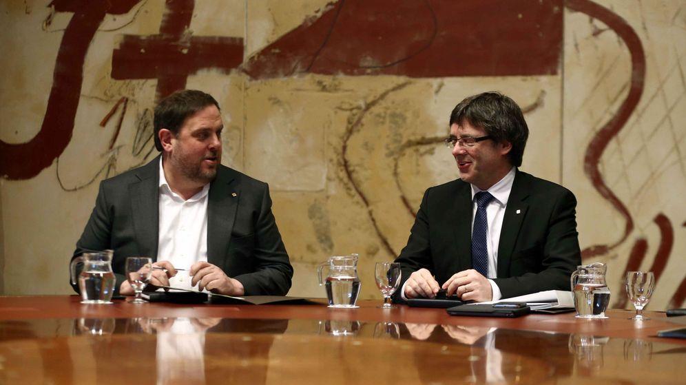 Foto: El presidente de la Generalitat, Carles Puigdemont, (d) junto al vicepresidente del Govern y 'conseller' de Economía, Oriol Junqueras (i). (EFE)