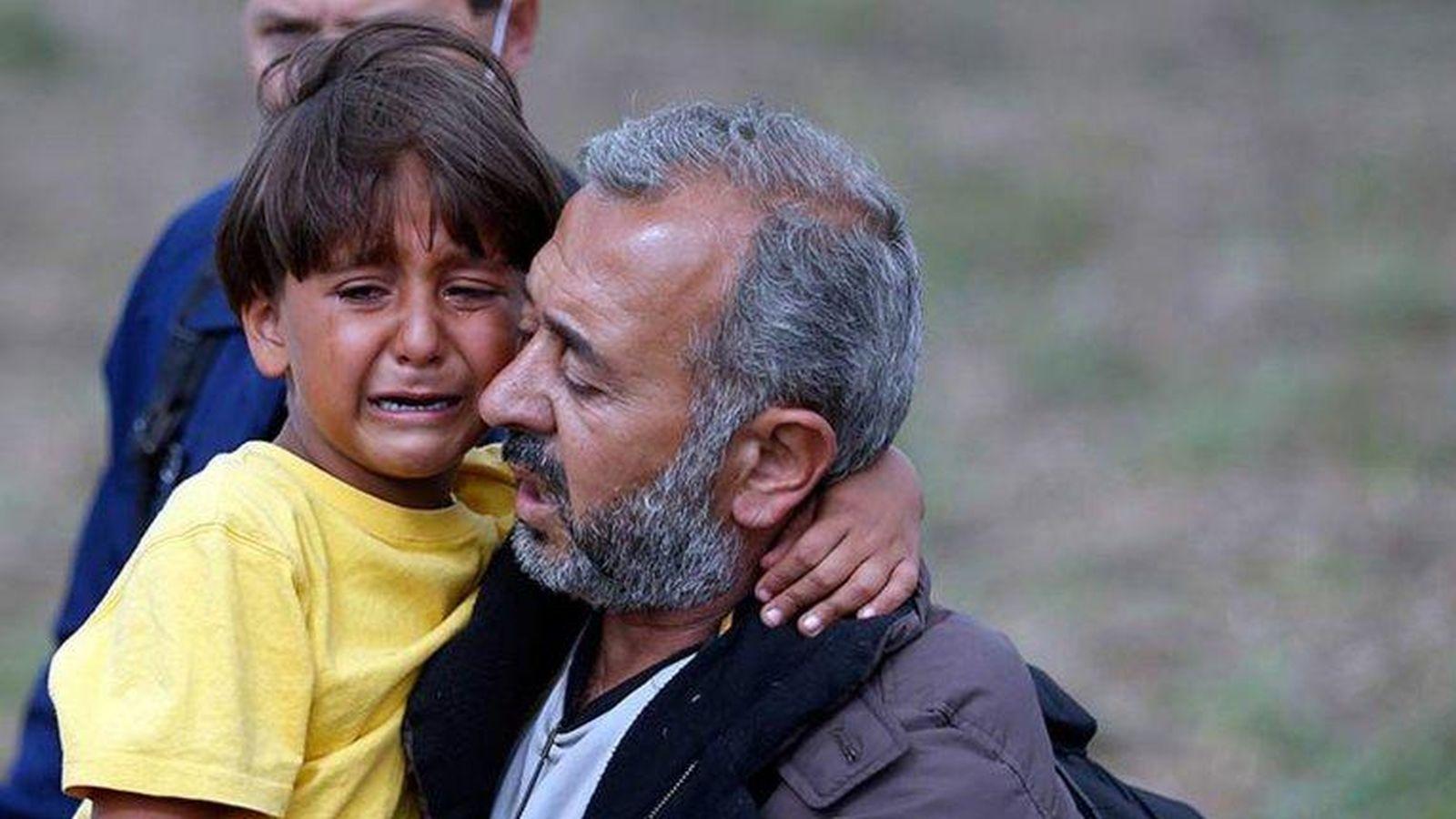 Foto: Osama Abdul Mohsen y su hijo, tratando de huir de Hungría tras la patada de Petra Laszlo.