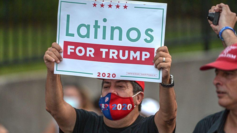 Foto: Cartel de 'Latinos por Trump'. (Reuters)