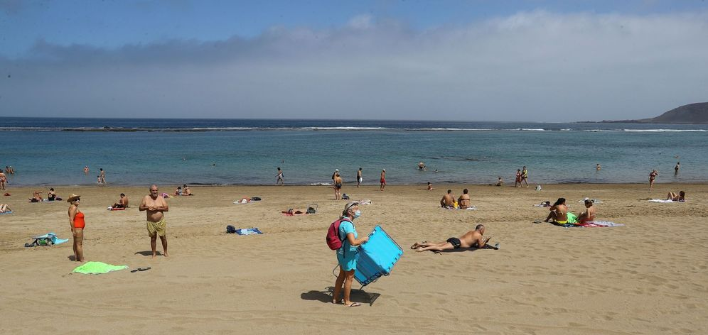 Foto: Imagen de la playa de Las Canteras de Las Palmas de Gran Canaria en el primer día de la fase 2. (EFE)