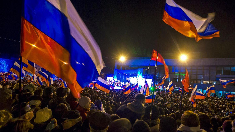 Una multitud espera los resultados en Simferópol, capital de Crimea (Reuters).