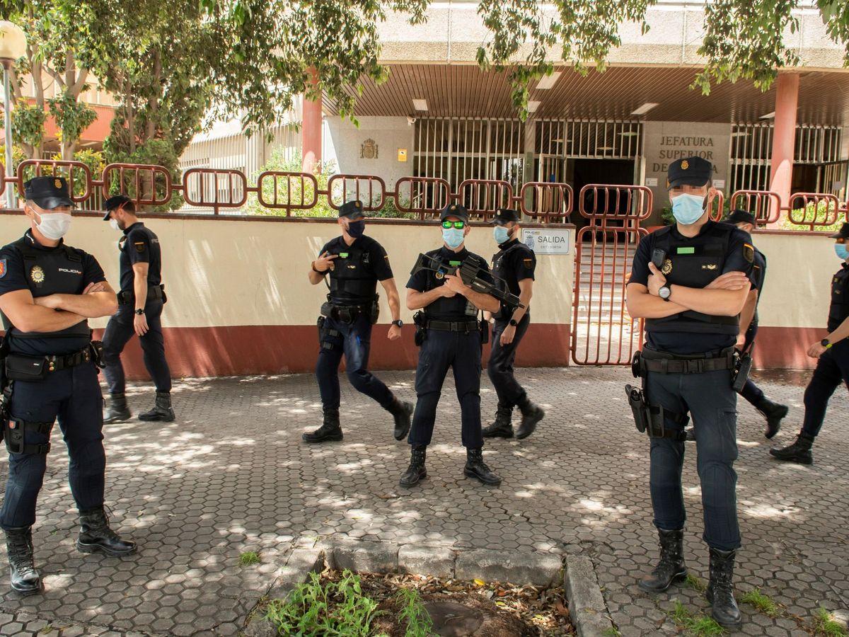 Foto: Algunos de los agentes de la Policía en Sevilla. (EFE)