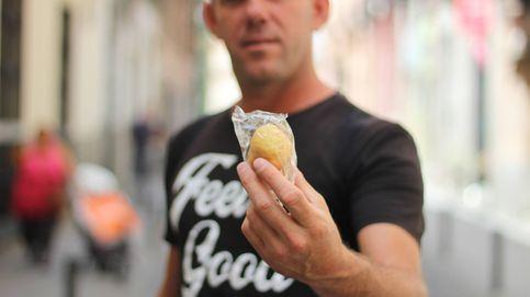 El 'homeless' que se ha hecho famoso repartiendo magdalenas por Madrid